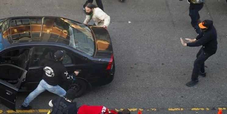 فیلم، حمله خودرو به معترضان آمریکایی در سیاتل؛ یک نفر زخمی شد